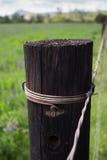 Fin en bois simple de poteau de barrière dans l'arrangement rural Photographie stock libre de droits