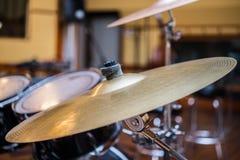 Fin en bronze de plat de cymbales de tambour vers le haut de concept de rythme Image stock