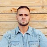 Fin extérieure d'homme de portrait sérieux beau de visage  Photo libre de droits