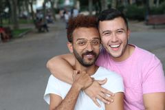 Fin extérieure de couples gais interraciaux  Photos stock