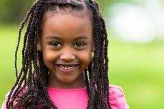 Fin extérieure vers le haut de portrait d'une jeune fille noire mignonne - p africain Images stock