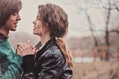 Fin extérieure vers le haut du portrait de jeunes couples affectueux heureux tenant des mains Photo stock