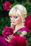 Fin ext?rieure vers le haut de portrait de belle jeune femme dans le jardin de floraison Concept femelle de mode de ressort images libres de droits