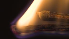 Fin extrême brûlante inginiting de macro de match vers le haut de fond Macro fin extrême tirée d'un match en bois mettant à feu a clips vidéos