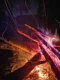 Fin extrême des étincelles du feu se déplaçant sur le ciel nocturne foncé en tant que fond noir venant de brûler brillamment l'ex photographie stock