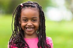 Fin extérieure vers le haut de portrait d'une jeune fille noire mignonne - p africain Image libre de droits