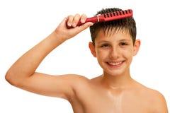 fin frisyr för pojke hans framställning av att le arkivbilder
