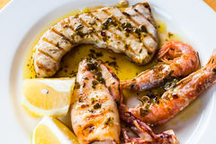 Fin grillée sicilienne de mélange de poissons et de fruits de mer  Photo stock