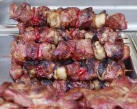 Fin grillante tout entier de chiche-kebab de brochettes vers le haut de BBQ Photographie stock