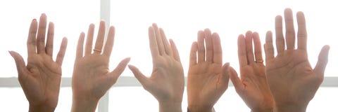 Fin horizontale de photo dans des mains de paumes d'un peuple de rangée images stock