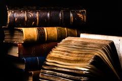 Fin horizontale de vieux livres et d'un fond noir photos libres de droits