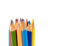 Fin horizontale vers le haut des crayons colorés sur le blanc Photographie stock libre de droits