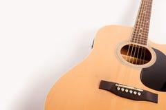 Fin jaune acoustique électrique de guitare d'isolement sur le blanc Photo stock