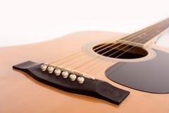 Fin jaune acoustique électrique de guitare sur le blanc Photo stock