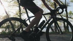 Fin maigre convenable de cycliste vers le haut des vitesses p?dalantes et changeantes Muscles forts de jambe tournant des p?dales banque de vidéos