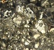 Fin minérale de pyrite vers le haut de macro or d'imbéciles de détail images libres de droits