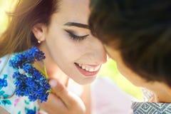 Fin naturelle de baiser de couples vers le haut de portrait au-dessus du fond blanc Concept heureux de mode de vie photo stock