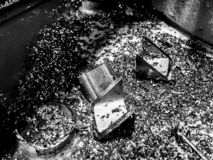 Fin noire et blanche des copeaux en métal images stock