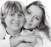 Fin noire et blanche vers le haut de portrait d'une mère et d'un adulte mûrs d Photographie stock libre de droits