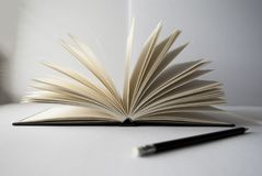 Fin ouverte de livre et de crayon  photos libres de droits