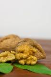 Fin ouverte de noix, casse-noix et panier sur le fond, selec Photo libre de droits
