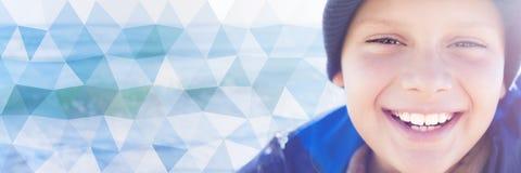 Fin riante heureuse de visage de garçon d'enfant vers le haut du contre-jour bas poly Image stock