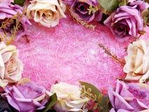 Fin rose artificielle de fleur sur le fond rose avec la copie de l'espace Images stock