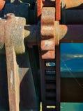 Fin rouillée de serrure de réseau fluvial dans une composition verticale photo libre de droits