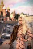 Fin russe de fille de mannequin blond vers le haut de photo sur le Ba de place rouge photo libre de droits