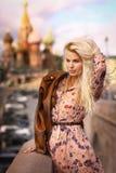 Fin russe de fille de mannequin blond vers le haut de photo sur le Ba de place rouge image stock