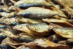 Fin sèche de poissons sur le compteur du magasin Image stock