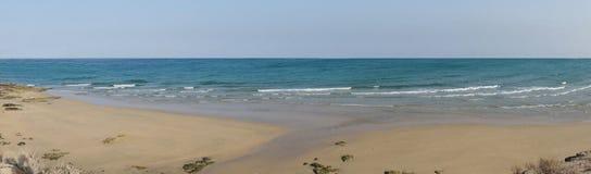 Fin sandig strand nästan Costa Calma Arkivfoton