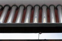 Fin solaire de chauffe-eau vers le haut de tir sur le dessus de toit Photo libre de droits