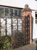 Fin style latéral ouvert de vieille porte noire de fer de rétro photographie stock libre de droits