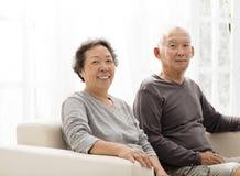 Fin supérieure de séance de couples ensemble sur le sofa Photographie stock libre de droits
