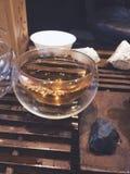 Fin suppl?mentaire vers le haut de la petite bulle en verre de tasse, c?r?monie de th? photographie stock