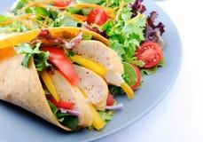 Fin sur l'enveloppe végétale de poulet frais avec de la salade latérale photo libre de droits