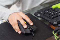 Fin sur la main droite pour cliquer sur au-dessus de la souris par l'enfant de gamer (Sel Images stock