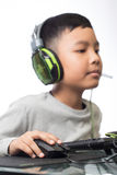 Fin sur la main droite pour cliquer sur au-dessus de la souris par l'enfant de gamer (Sel Images libres de droits