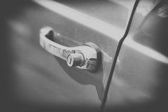 Fin sur la vieille poignée de voiture de vintage, noire et blanche Image libre de droits