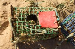 Fin sur un piège fabriqué à la main de crabe sur la plage Photo stock