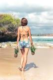 Fin tropicale sexy de bout de femme avec le fruit exotique d'ananas sur la plage de l'île de paradis de Bali Régime sain Photos libres de droits