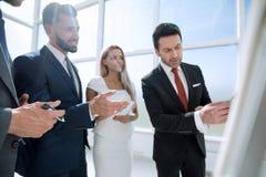 Fin vers le haut équipe d'affaires applaudissant dans une présentation d'affaires image libre de droits
