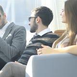 Fin vers le haut équipe d'affaires discutant leurs problèmes pendant la pause image stock