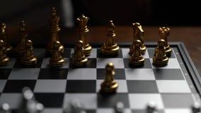 Fin vers le haut d'ennemi en mouvement de défaite de gage d'échecs de l'homme sur l'échiquier banque de vidéos
