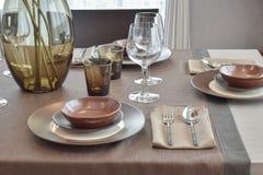 Fin vers le haut d'ensemble dinant classique moderne sur la table de salle à manger en bois Photo libre de droits