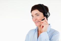 Fin vers le haut d'un employé de bureau à l'aide d'un écouteur Image stock