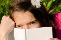 Fin vers le haut d'une fille et de son livre Photos libres de droits