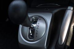 Fin vers le haut de bâton de vitesse automatique à l'intérieur de voiture moderne photos stock