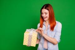Fin vers le haut de beau génial drôle de photo elle ses bras de dame l'attente biseautée que de grand grand giftbox veulent davan image stock